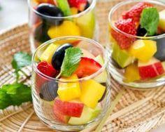 Salade de fruits pomme, fraises et mangue pour repas du soir