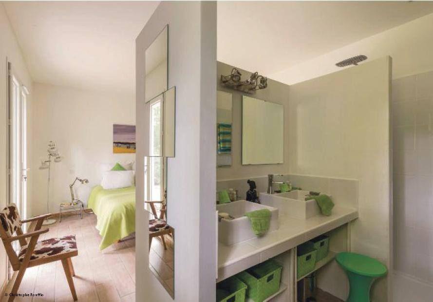 une salle de bain dans votre chambre le coin salle de bain est s par de la chambre par une. Black Bedroom Furniture Sets. Home Design Ideas