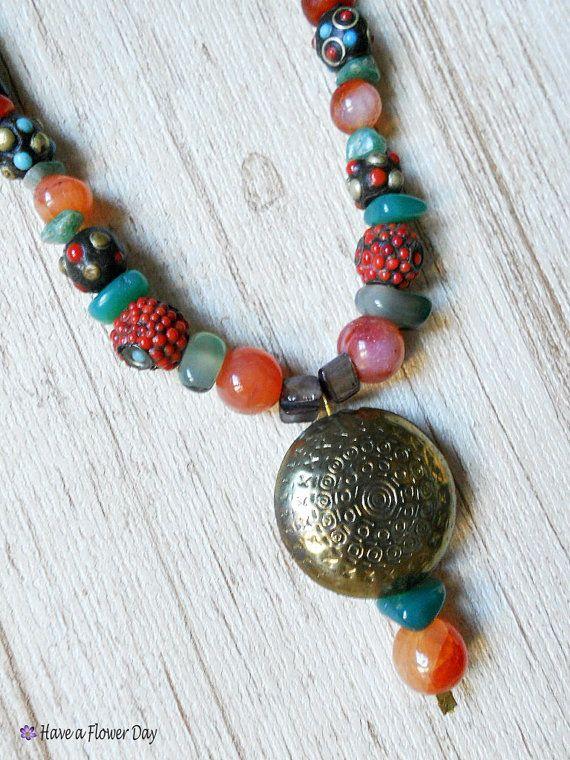 6ef61baa0a4b Collar declaración multicolor con piedras semipreciosas. Collar africano.  Joyas étnicas. Collar tribal. Estilo bohemio. Joyería hippie. AFR
