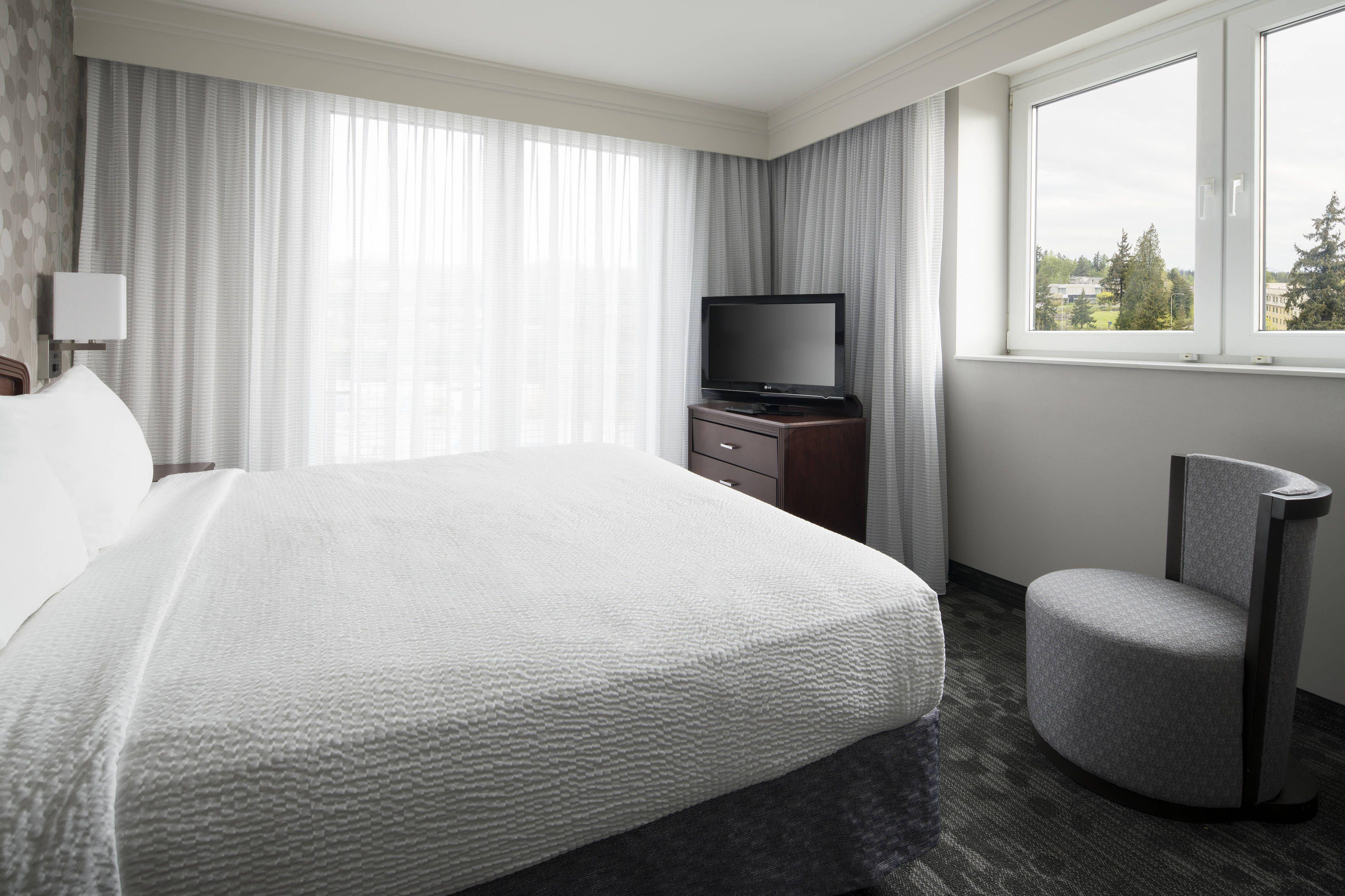 Courtyard Seattle Federal Way King Suite Bedroom