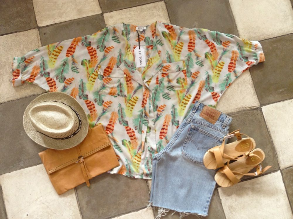 Summer outfit Le Toko. Bali. Leather bag. Gypsy. Boho. Feather shirt. Hat. Wooden sandals. Levis vintage short