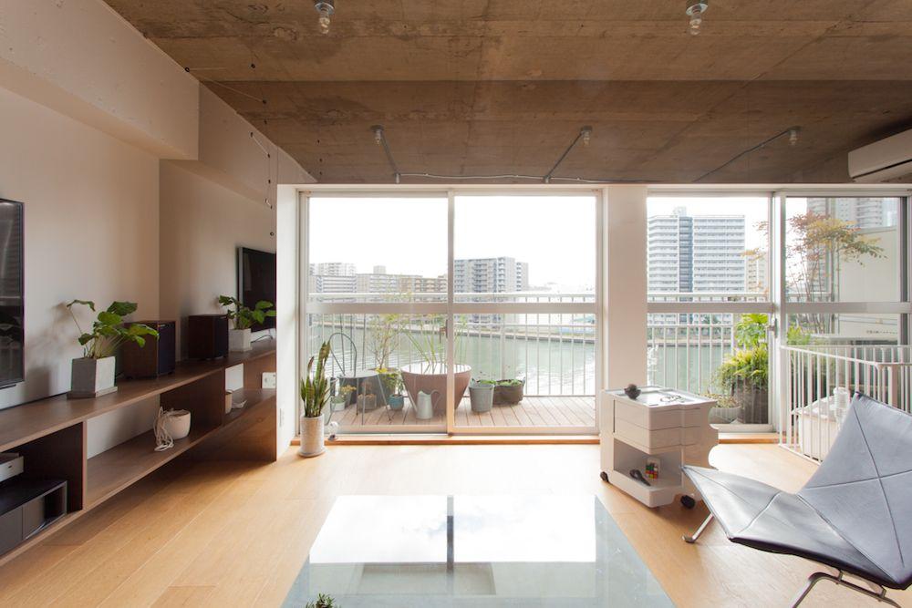 運河に浮かぶアートディレクターの家 Ecodeco リビングダイニング マンションリノベーション 躯体現し ワンルーム リノベりす 自宅で 新しい家 リビング ホームシアター