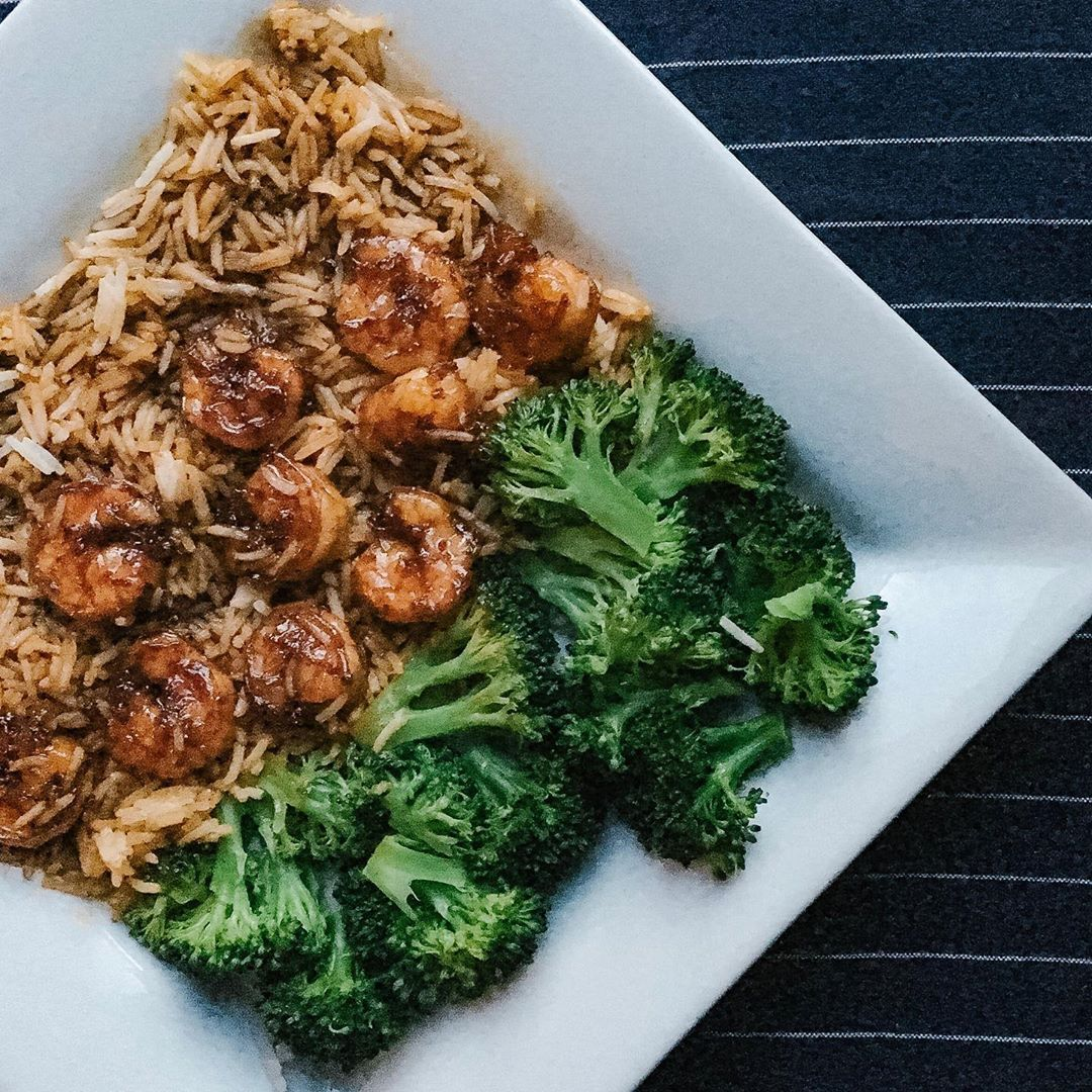 Need a real quick dinner this week? This Honey Garlic Shrimp recipe from @sallysbakeblog is ready in 20 (!!!) and delicious! Link in bio for the recipe and why we  it . . . .