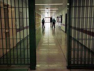 Resmi Gazete'de yayımlanarak yürürlüğe giren 6411 sayılı Yasa'nın, hükümlülerin denetimli serbestliği için aranan ''açık ceza infaz kurumunda cezasının son 6 ayını kesintisiz olarak geçirme'' şartını askıya almasıyla 15 bin hükümlünün salıverilmesinin önü