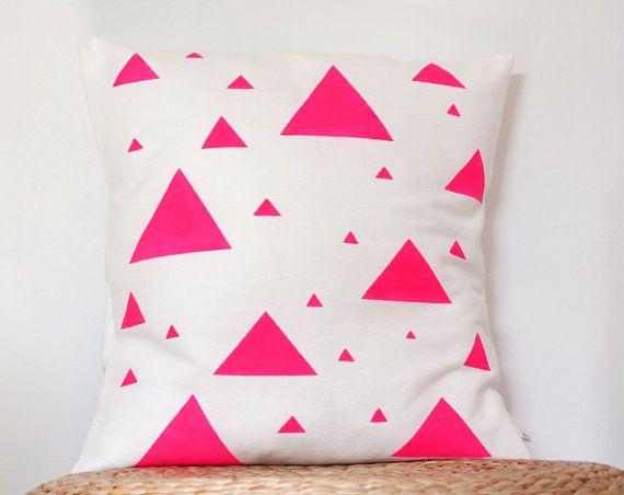 Coussin décoratif Triangles Rose fluo  Housse de par LesMiniboux, €34.00