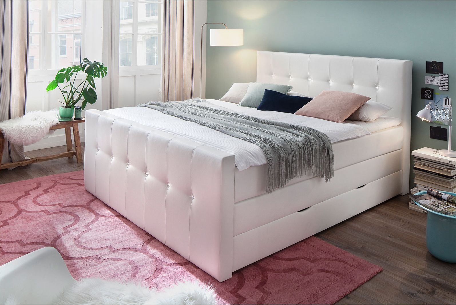 Ein Traum Von Einem Bett Ist Dieses Boxspringbett Moon Mit Weissem Kunstlederbezug Und Mit Eindrucksvollen Steinchen In Romantische Deko Bettfedern Bettgestell