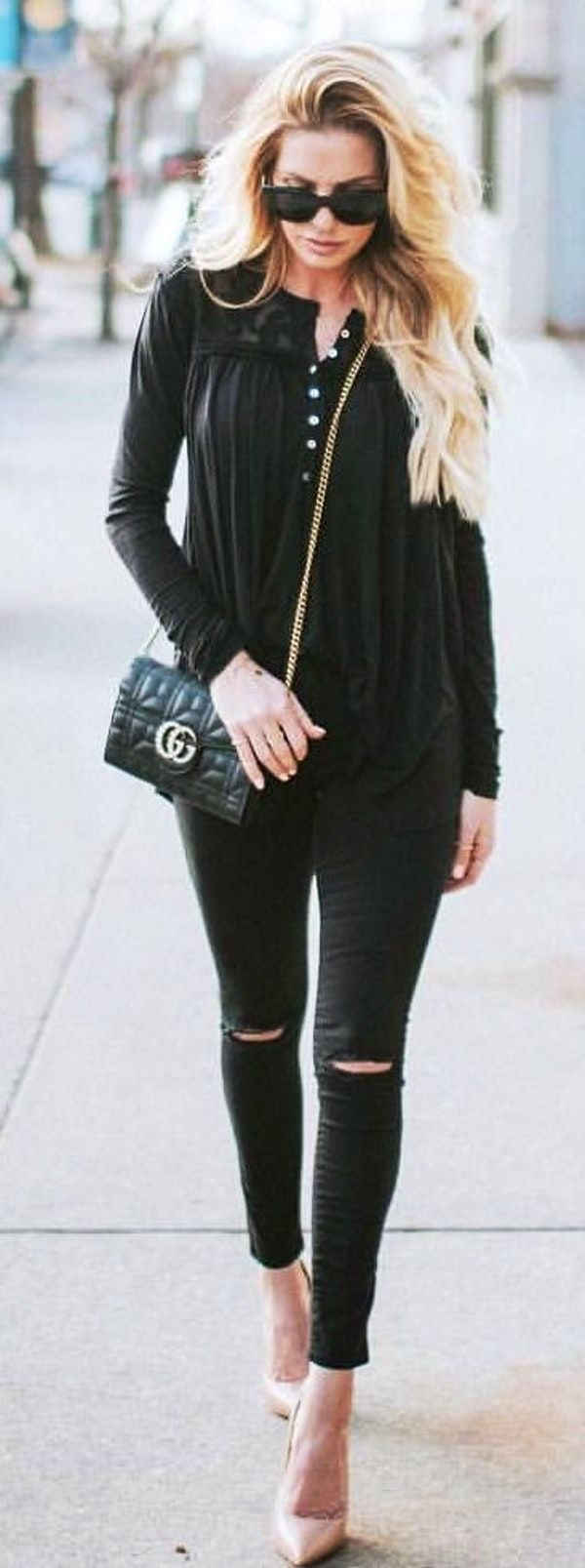 #spring #outfits woman wearing black long-sleeved shirt with black denim distressed jeans. Pic by @lyndiinthecity