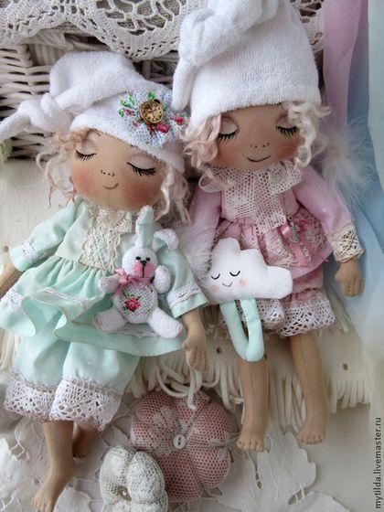 Купить или заказать Ангелы - сони в интернет-магазине на Ярмарке Мастеров. Ангелочки так хотят спать, что просто валятся с ног! _____________________________________________ Сшиты полностью из хлопковых тканей, одежка слегка тонирована. Личики расписаны акриловыми красками и пастелью. Волосики- настоящие овечьи кудряшки. Крылышки украшены белым песцовым мехом. Колпачки снимаются. У одного в ручках махровый зайчик, у другого - подушечка в виде облачка.…