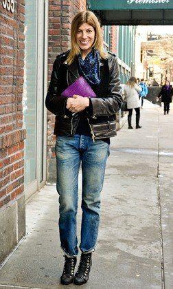 Curte o seu jeans adicionando pecas interessantes como um encharpe estampado.