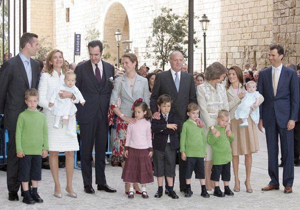 Misa de Pascua en la Catedral de Palma de Mallorca 2006: Falda marrón, chaqueta a juego y camiseta rosa palo.
