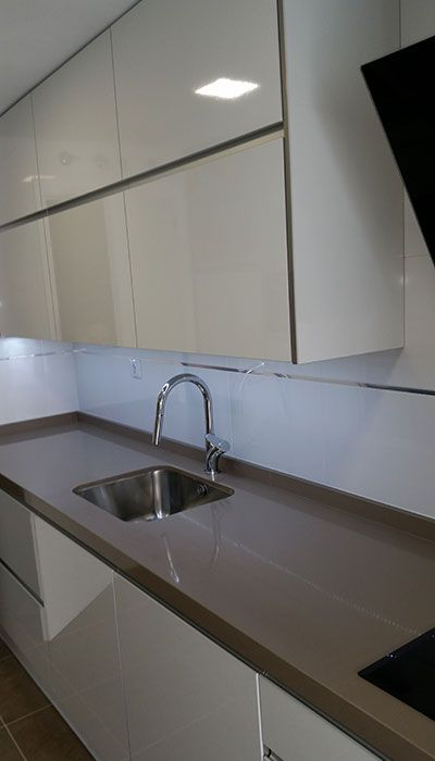 Cocina En Alto Brillo Color Blanco Y Encimera Compact Cool Gray Cocina Gris Y Blanca Muebles De Cocina Modernos Cocina Color Gris