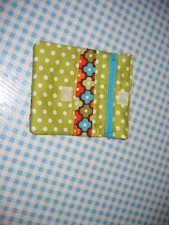 mamzilla: clean portemonneeke made love! **Robert Kaufman's flower fabric can be bought on http://www.modes4u.com/en/kawaii/p8647_brown-Robert-Kaufman-fabric-with-colourful-flowers.html