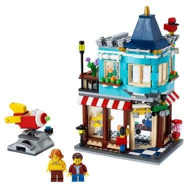 Satisfaça o amor de modelos detalhados dos fãs do LEGO® Creator 3in1 neste conjunto da Townhouse Toy Store (31105). Pequenos construtores passarão horas explorando a casa de dois andares, com um apartamento no andar de cima e uma loja de brinquedos no térreo, além de um passeio de foguete. Inspire a liberdade criativa da construção As crianças...