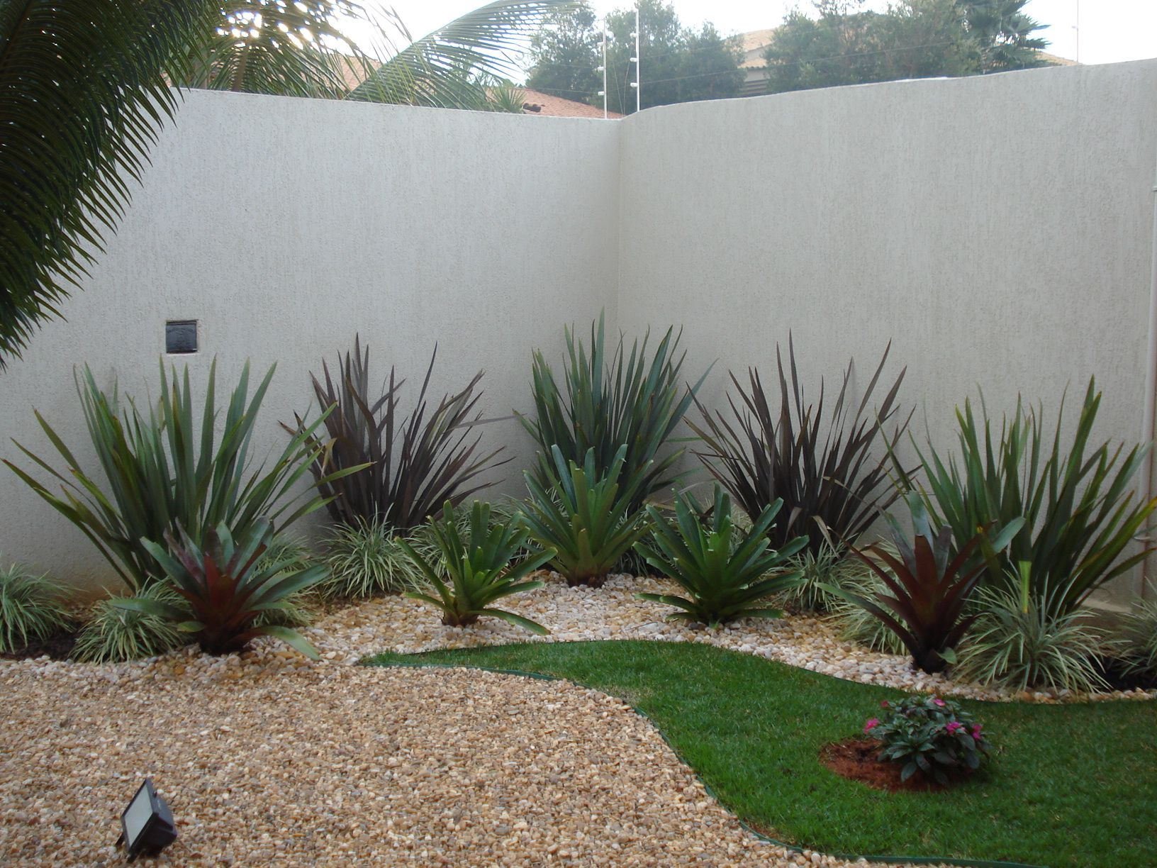 Jardins de casas residenciais com pedras pesquisa google for Casas e jardins simples