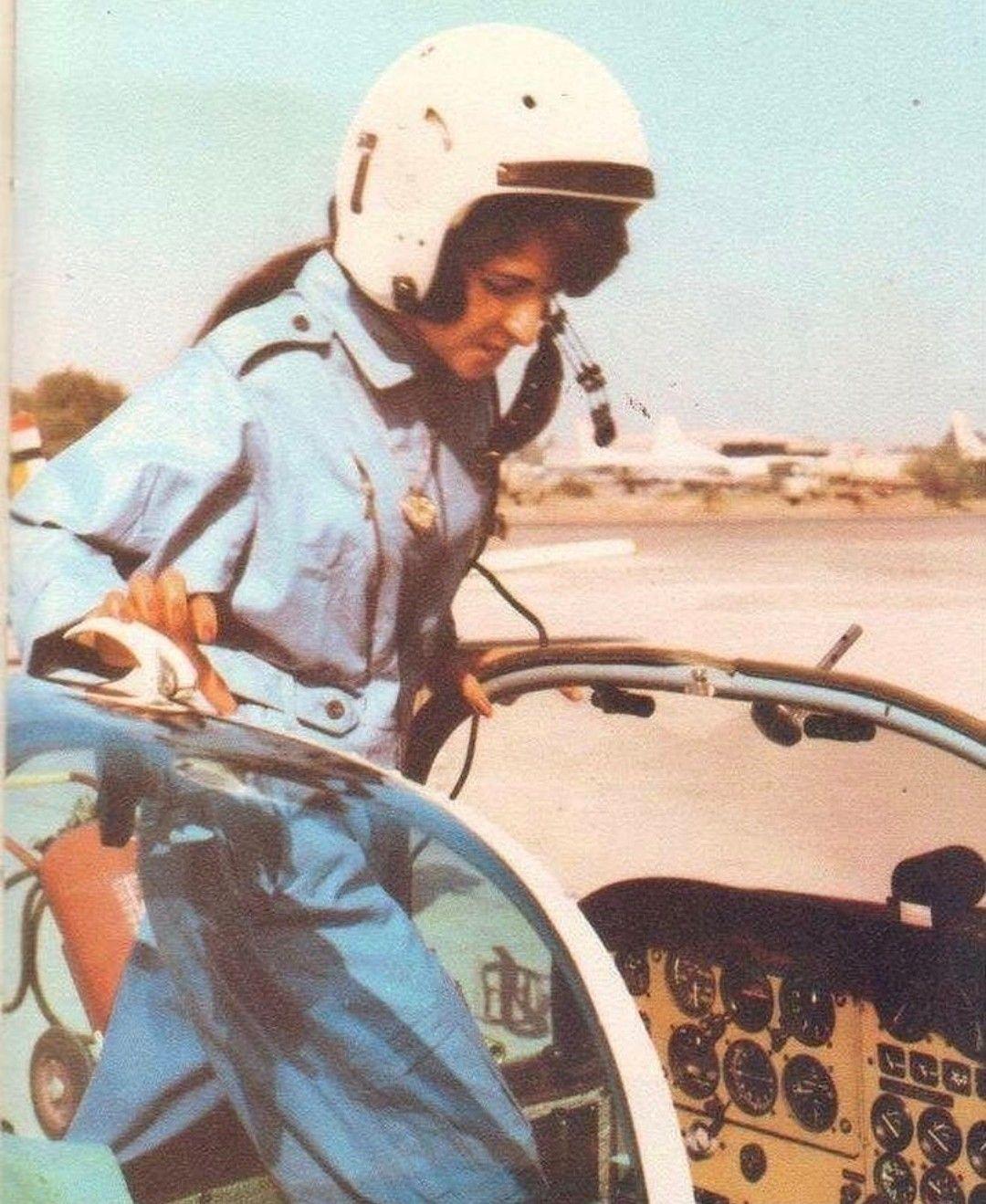 الكابتن فائزة جاسم العزاوي في دورة طيران مؤسسة الشباب قبل دخول كلية القوة الجوية نهاية السبعينات Captain Hat Baghdad Hard Hat