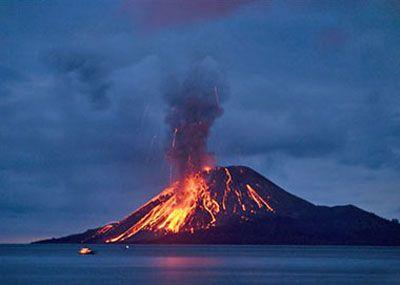 Un volcan en erupcion, como eesta cerca del agua es probable que nadie salga erido, porque tampoco hay costa cerca.