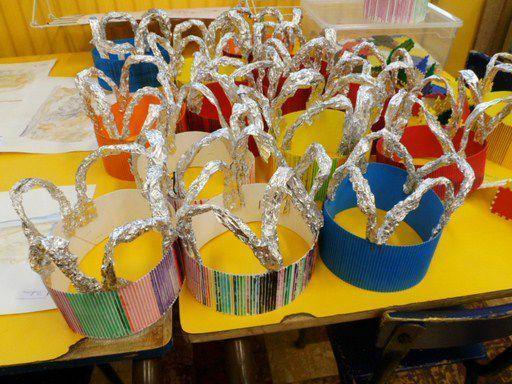 Bricolage une couronne moyen ge maternelle pinterest couronnes roi et bricolage - Couronne de roi a fabriquer ...