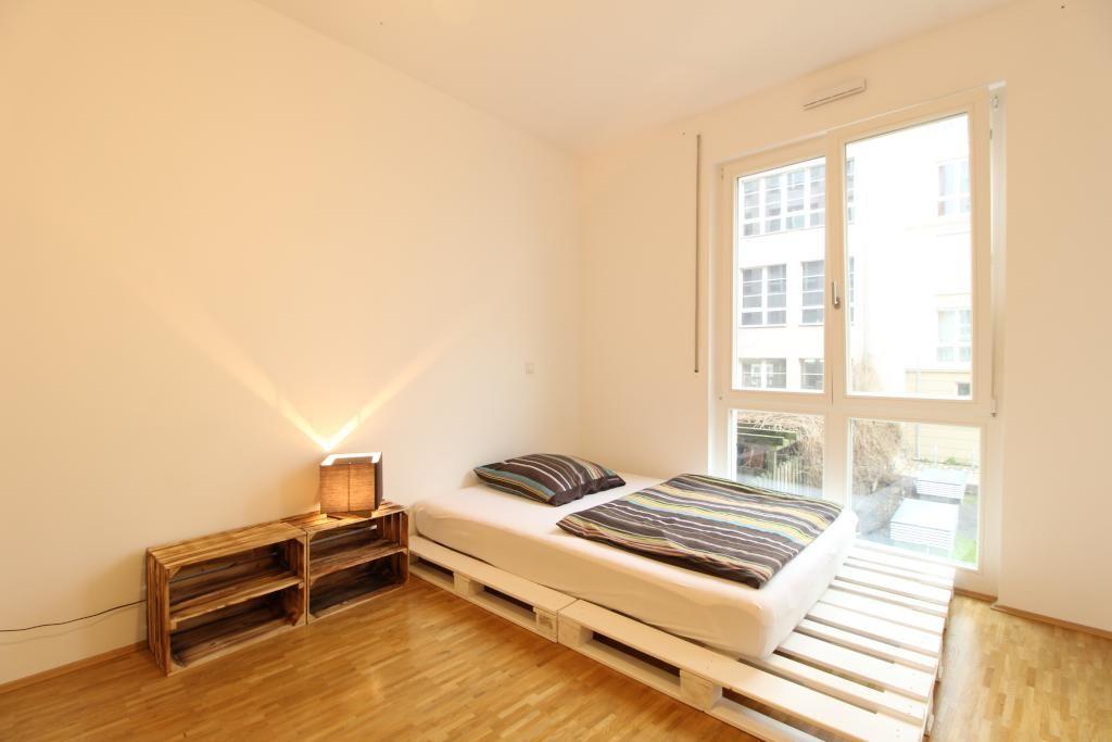 wei gestrichenes palettenbett und diy nachttisch selber bauen diy palettenbett nachttisch. Black Bedroom Furniture Sets. Home Design Ideas