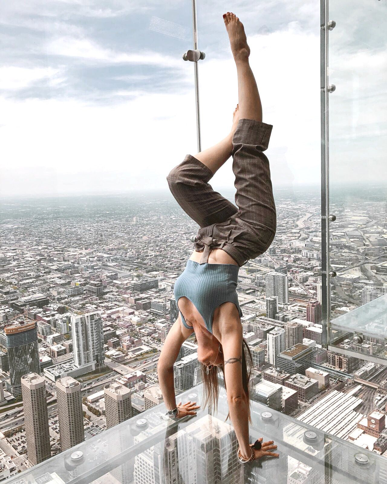 Ya son famosas las posturas de yoga en el SkyDeck