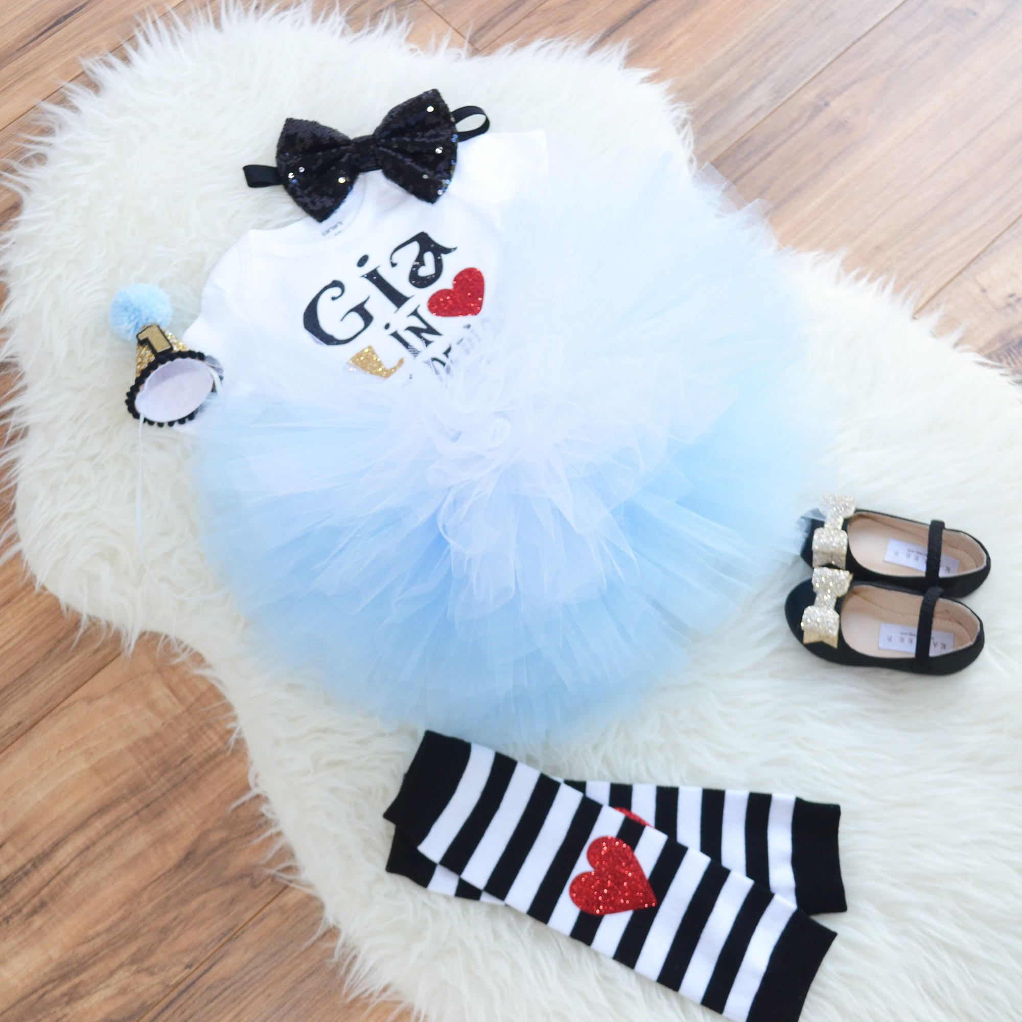Alice in Wonderland first birthday outfit, cake smash outfit, Alice in Onederland costume,. Shoes are not included #birthdayoutfit