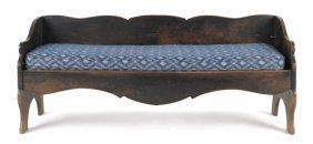 Painted pine bench, ca. 1800, with a scalloped back