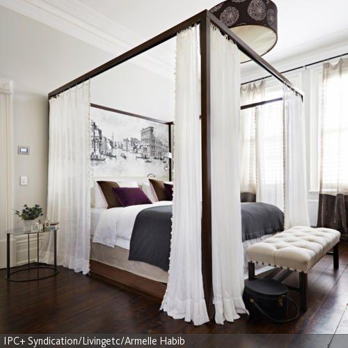 Opulent und dennoch dezent kommt das Himmelbett aus Holz daher