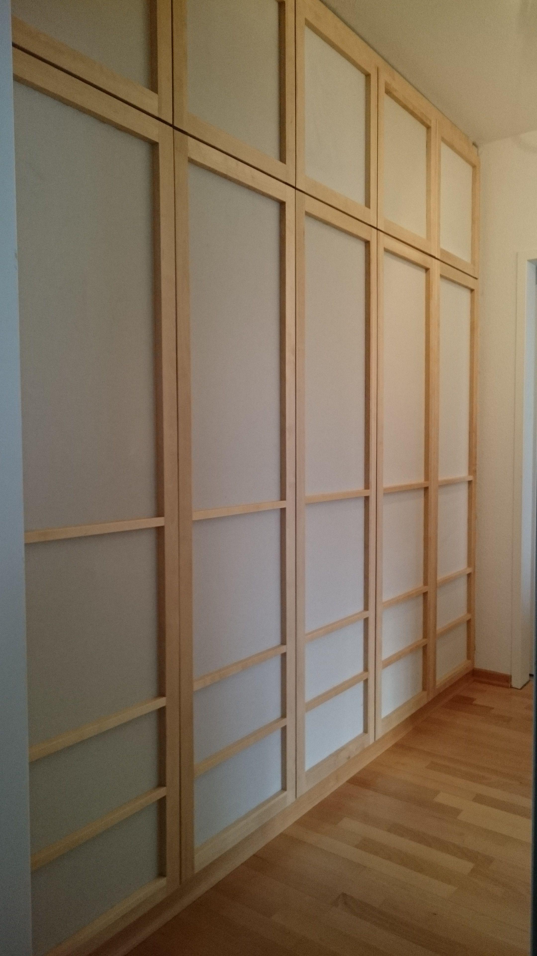 Schrank in Birke. Korpus aus Birke-Multiplex-Platten Türen sind Rahmentüren (Birke massiv) mit Baumwoll-Stoff-Füllungen