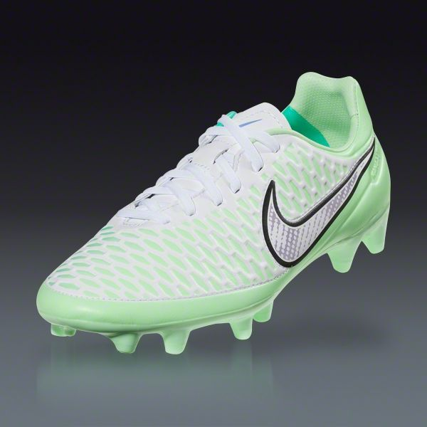 Estos son algunos zapatos de fútbol. Usan este tipo de