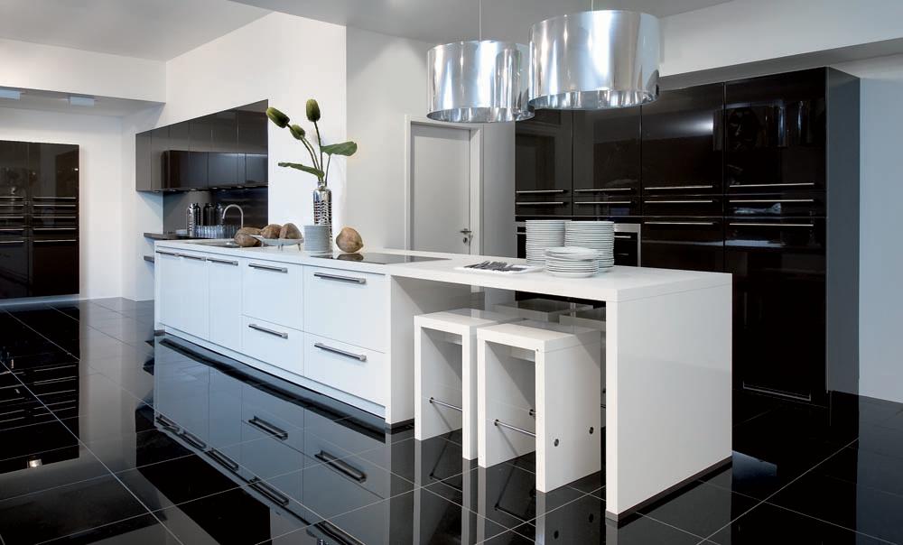 Moderne witte keuken met zwarte hoogglans vloer als contrast  Deze keuken is voorzien van witte