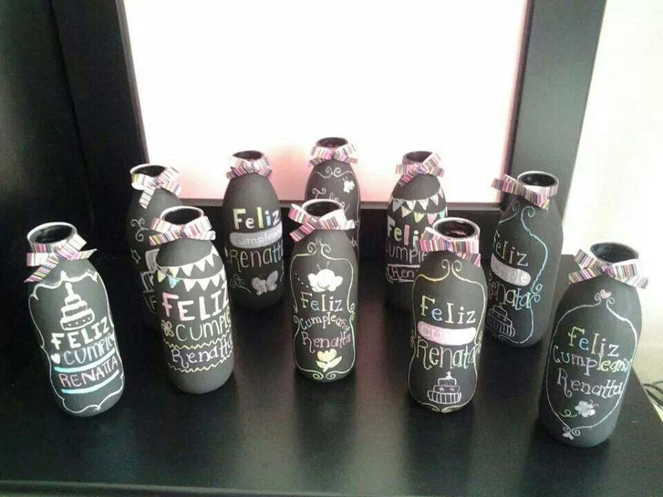 Botellas de jugo con pintura para pizarron ideales para - Centros de mesa con botellas ...