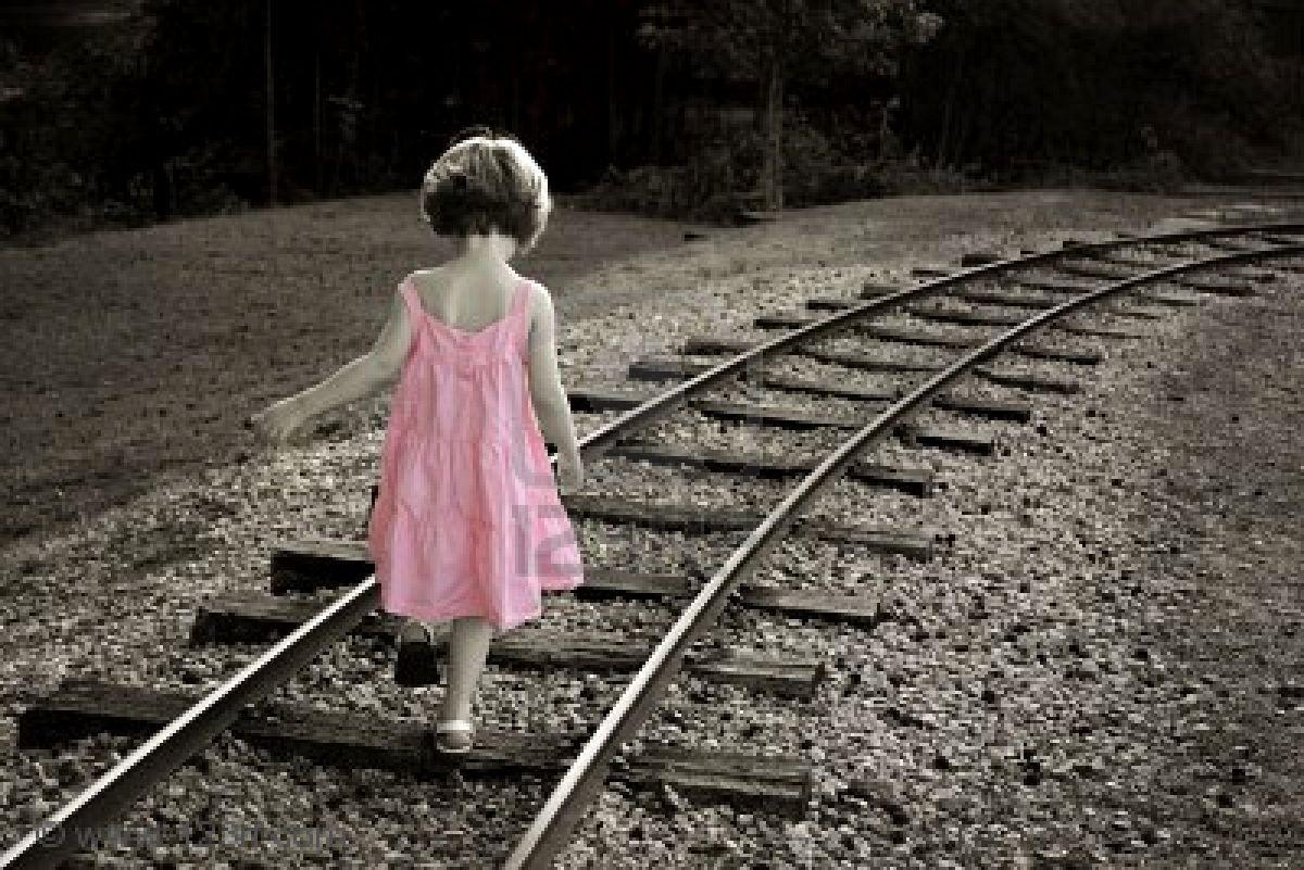 niña - vías de tren | humanidad | Pinterest | Tren, Hija
