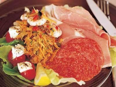 サラミとにんじんのサラダ | オリーブの香りとたまねぎの辛味を利かせたドレッシングでどうぞ。
