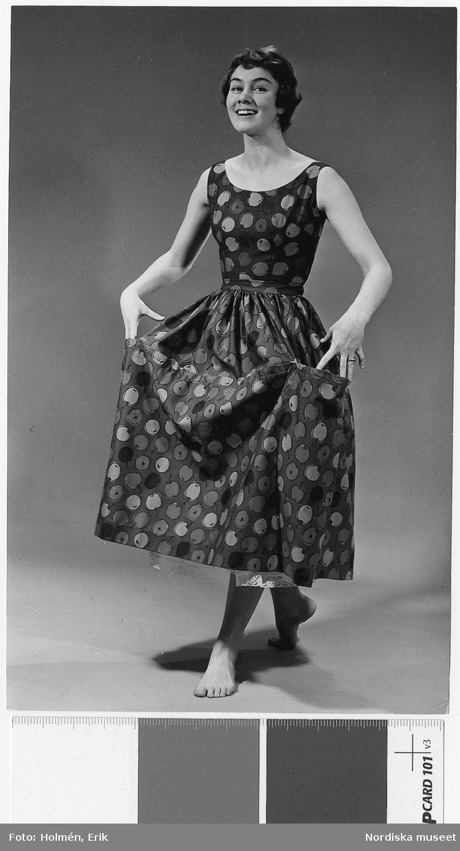b610d86801b9 Brud och Hem 1957. Modell i klänning med tyg från Viola Gråsten ...