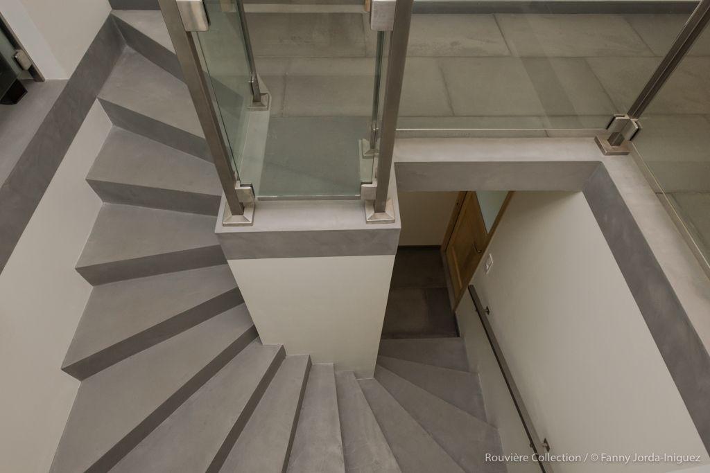 Escalier Tournant En Beton Cire Revetement Uniforme Pour Les Marches Et Contre Marches Sans Coupe Escalier Decora Escalier Escalier Tournant Contre Marche