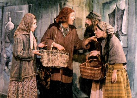Bea Arthur Center As Yente In The 1964 Version Of Fiddler On The Roof As Yente Arthur Played The Su Fiddler On The Roof Black And White Photographs Hmoob