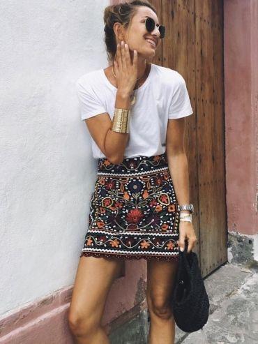 Rien de tel qu'un tee-shirt blanc pour apaiser une mini jupe ultra travaillée !