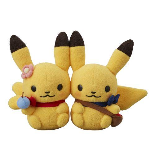 雑貨デザイナーShinzi Katoh氏とポケモンのコラボレーション商品シリーズ。「Pokémon little tales」―ポケモンたちの小さなものがたりは、ポケモンたちの日々のちょっとしたストーリーがテーマ。 今回は、森のおうちでの暮らしが垣間見える、ピカチュウたちののびのびとしたイラストになっています。 人気のぬいぐるみやマスコットに加えて、ぎゅっと抱きしめたくなる大き目のクッションが登場。 アパレルからおうちで使えるグッズまで幅広いラインナップがそろっているから、身のまわりを彩ろう。 おうちの外で、春の訪れを感じているピカチュウたち。お腹いっぱい、きのみが食べられそう。 今年のぬいぐるみは、きのみを持ったピカチュウたち