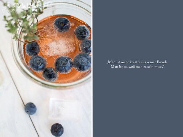 Sommercocktails und Schokolade.Prosecco, Blaubeeren, Lillet und Thymian. Dazu ein Zitat zum Thema Kreativität. #drinks #quote #spruch #küchenspruch #cocktails #lecker #sommer #ingwer #blaubeeren