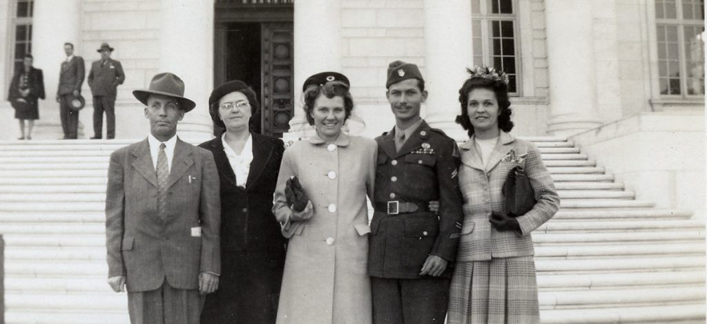 Desmond Doss with his wife Dorothy and friends  a622747380