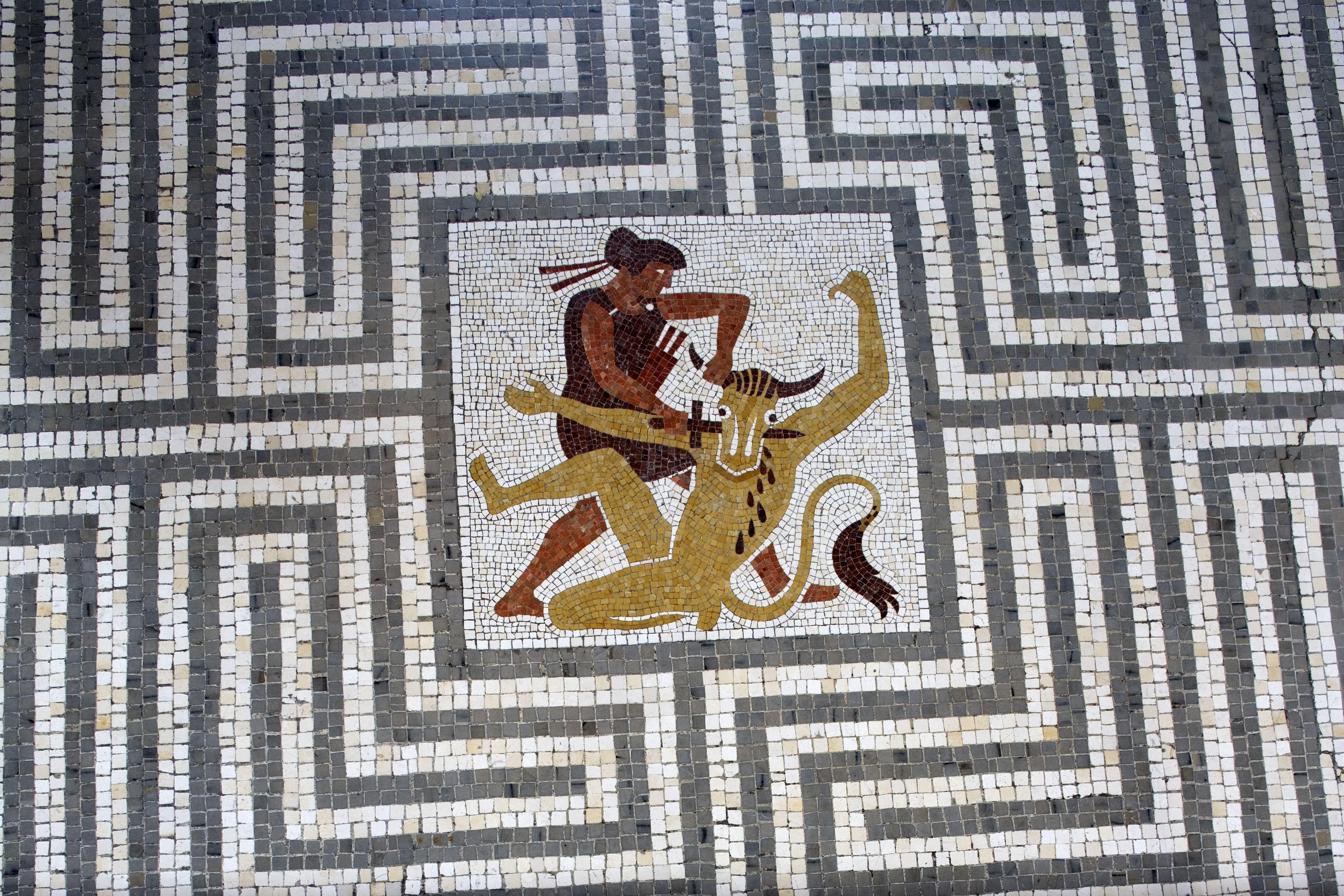 Mosaique Figurant La Legende Du Labyrinthe Avec Thesee Terrassant