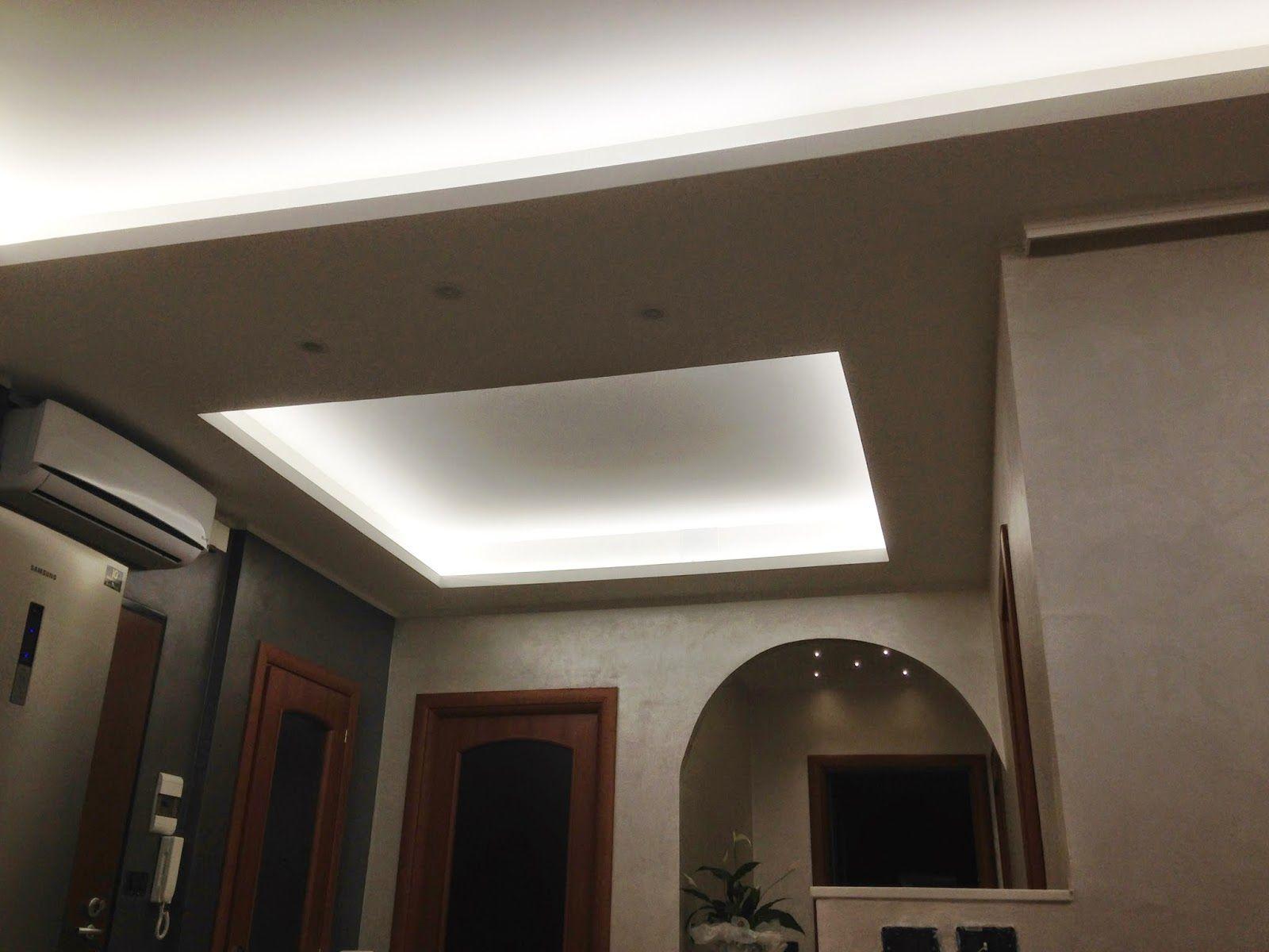 Un contro soffitto in un ingresso illuminato con una striscia led
