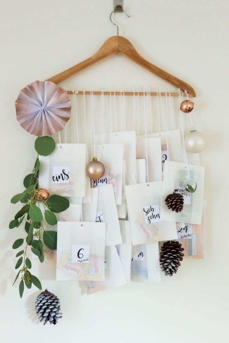 Idea de calendario de adviento de bricolaje con perchas y bolsas de papel
