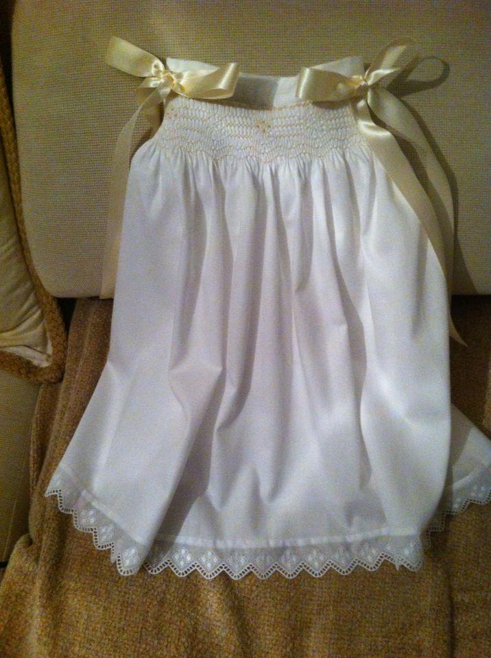 """Faldón de bebé.  Elaborado en pique blanco.  Bordado en """"punto nido de abeja"""" en color beige.  Marzo 2015"""