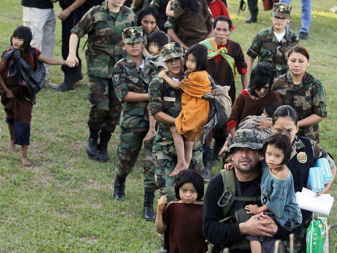 """Reféns do Sendero Luminoso, organização terrorista, foram resgatados no Peru, entre eles 26 eram crianças. """"A polícia e as Forças Armadas do Peru resgataram 39 pessoas, entre elas 26 crianças, que se encontravam na floresta sob o domínio da organização terrorista Sendero Luminoso, informou na última segunda-feira o vice-ministro peruano do Ministério da Defesa, Ivan Vega."""""""