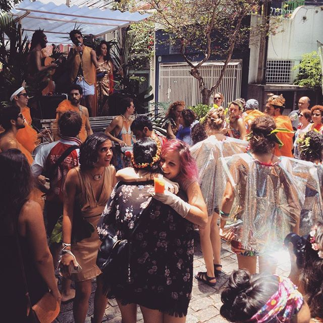 Curtindo o bloco Baco do Parangolé sem precisar sair da casa! #blocobacodoparangole #carnaval2016