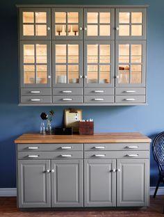 L ment mural avec portes vitr es clairage d 39 armoire et for Fixer un meuble mural ikea