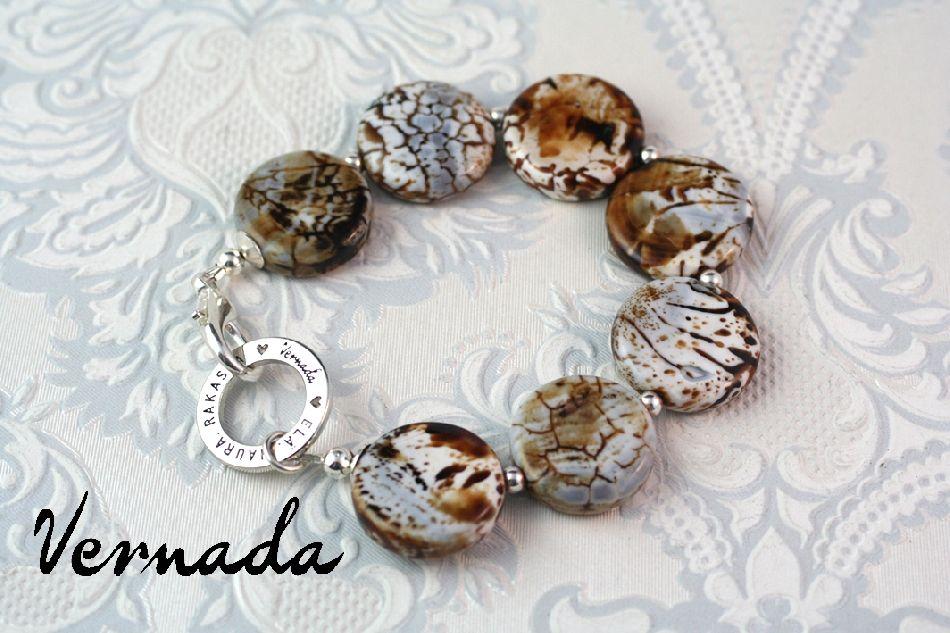 Vernada Design -kivihelmikäsikoru, ruskeakuviollinen. #Vernada #jewelry #necklace #suomestakäsin #finnishdesign #avainkoru #kulkukorttikoru #avainnauha