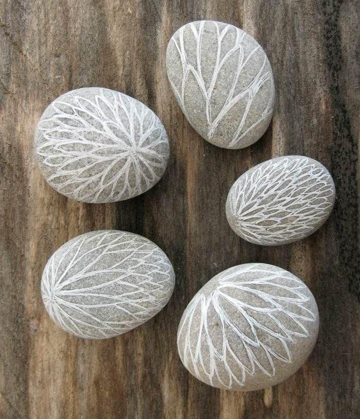 deko steine mit floral inspirierten zeichnungen mit kreide creative stuff pinterest kreide. Black Bedroom Furniture Sets. Home Design Ideas