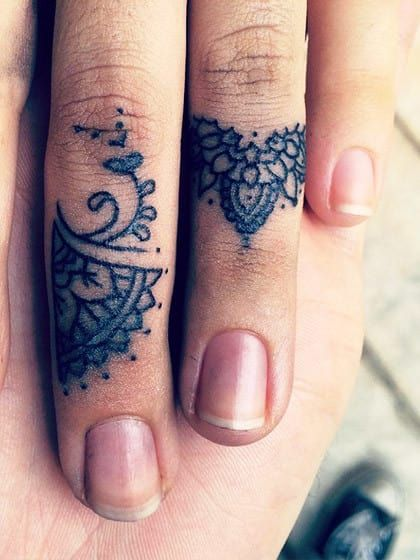 finger tattoos warum sie gerade so angesagt 20 ideen f r. Black Bedroom Furniture Sets. Home Design Ideas