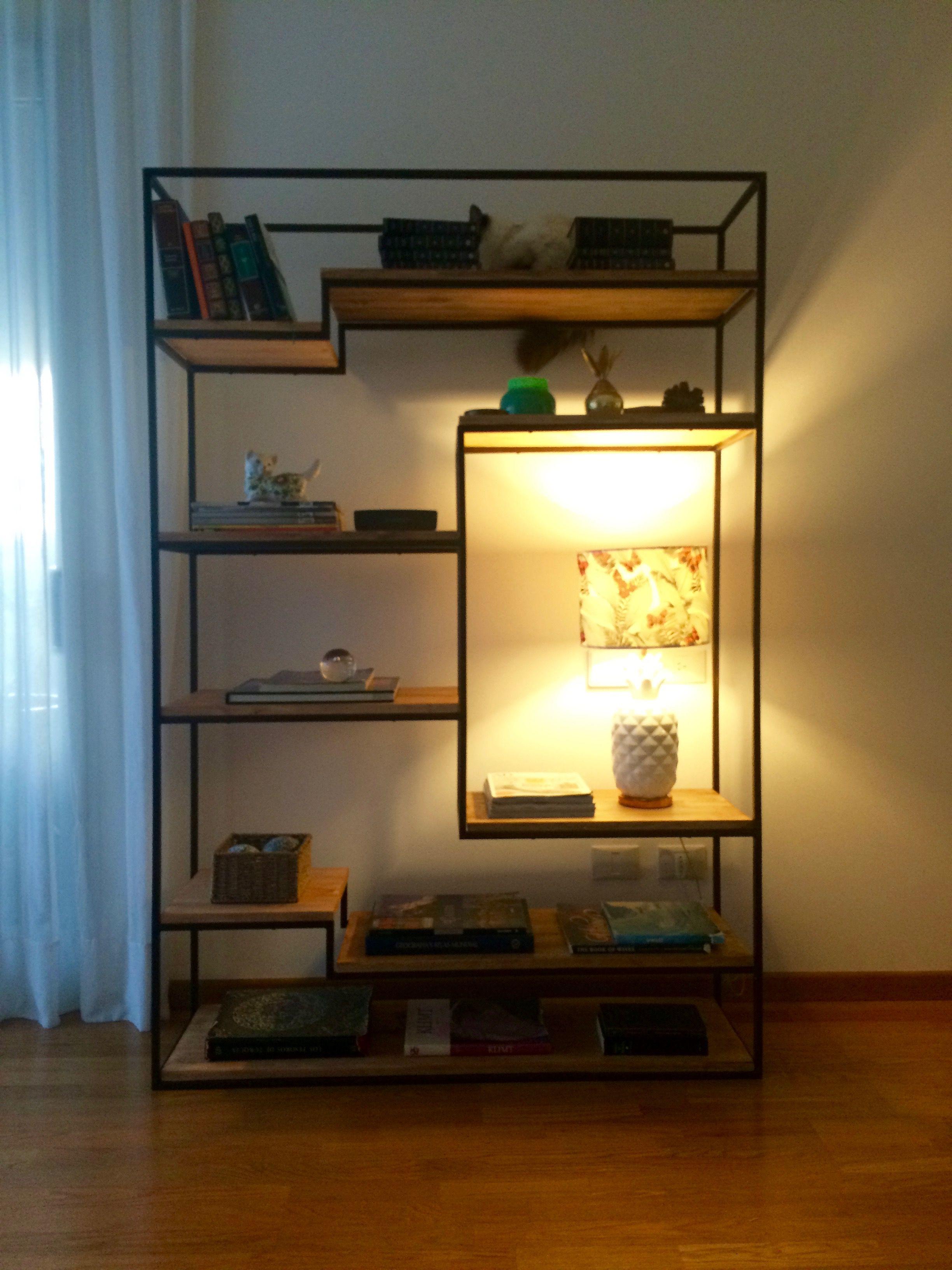 Biblioteca estilo industrial de hierro con estantes de for Muebles industriales metal baratos